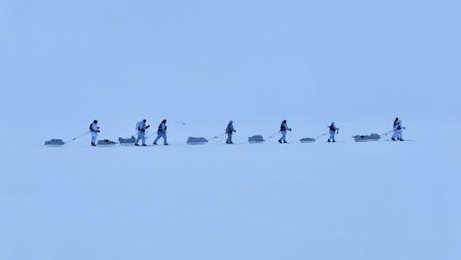 Vintermarsj over Hardanger vidda kull Ravn